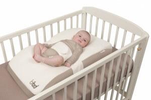 bibed installé dans le lit de bébé